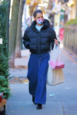 Katie Holmes - Spotted at Little Cupcake Bakeshop in Nolita in New York
