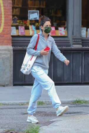 Katie Holmes - Steps out in New York