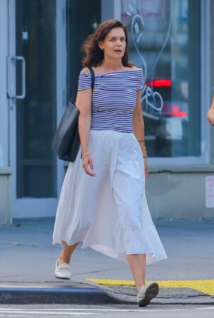 Katie Holmes - Steps out to dinner with a friend in New York