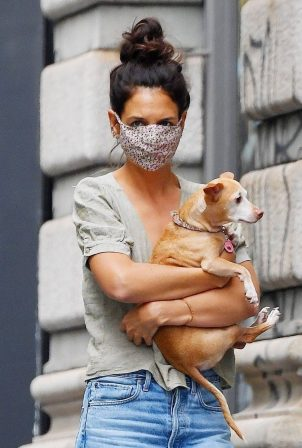 Katie Holmes - Wearing mask while arriving home in New York