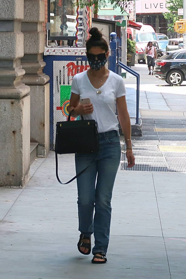 Katie Holmes - Wears a protective mask while running errands in New York