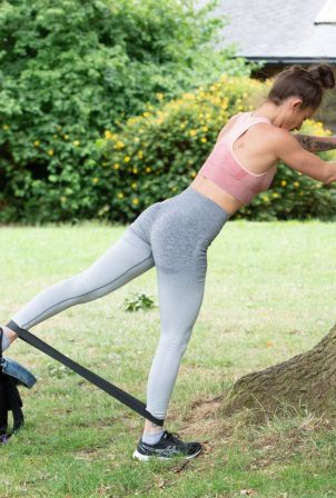 Katie Waissel - Working out in North London park