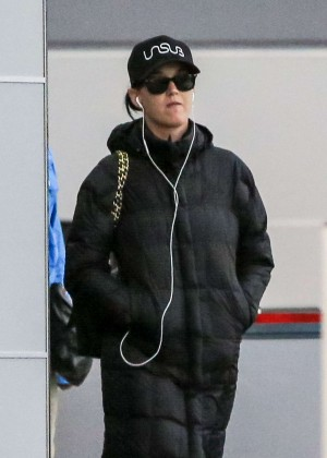 Katy Perry - Arrives at JFK Airport in New York