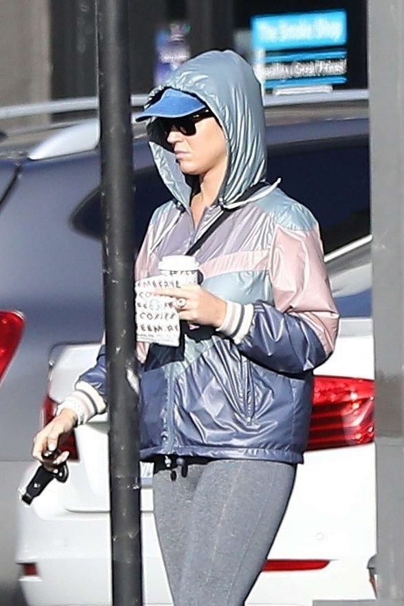 Katy Perry - Grabs a bite and drink at a Starbucks in Hollywood