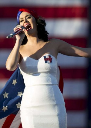 Katy Perry - Performs during a rally for Hillary Clinton in Des Moines