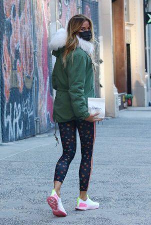 Kelly Bensimon - Shopping at Levain Bakery in Manhattan