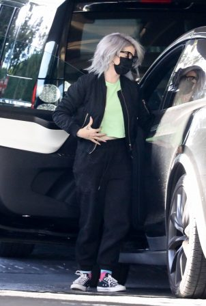 Kelly Osbourne - Arrives home after running some errands