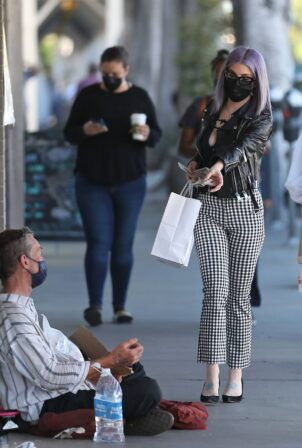 Kelly Osbourne - Giving a homeless man some cash while she is out shopping in Larchmont Village