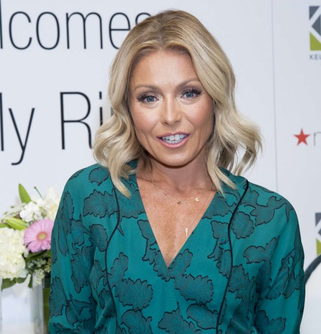 Kelly Ripa Is Returning To Live On Tuesday Marking An End 2016 S Biggest Morning Talk Show Debacle