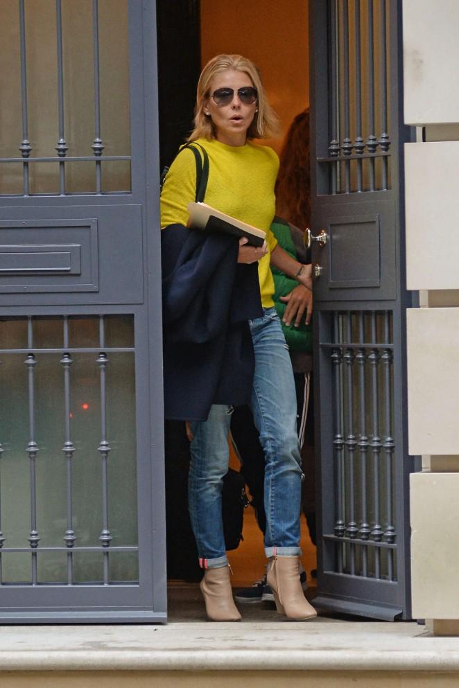 Kelly Ripa Leaving Her Apartment 10