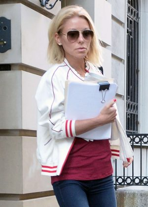 Kelly Ripa Leaving her apartment in NYC