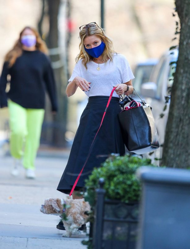 Kelly Ripa - Seen with her dog in New York