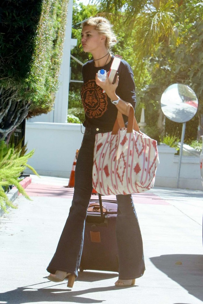 Kelly Rohrbach – Arrives at Local LA Hotel
