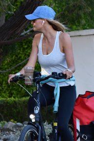 Kelly Rohrbach - Ride a bike in Brentwood