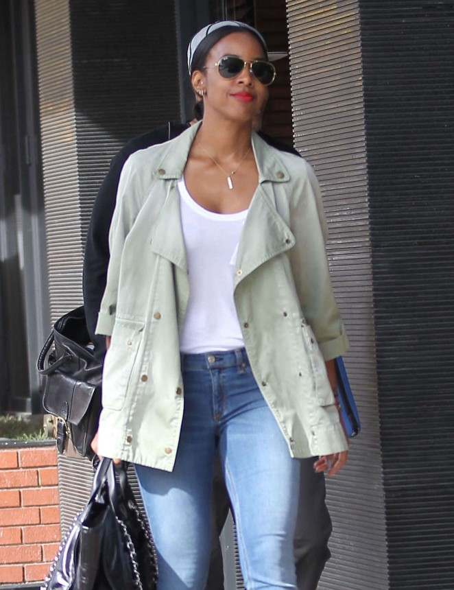 Kelly Rowland in Jeans out for lunch in Beverly Hills