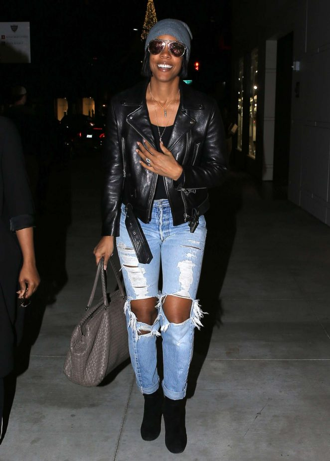 Kelly Rowland in Riped Jeans shopping in Beverly Hills