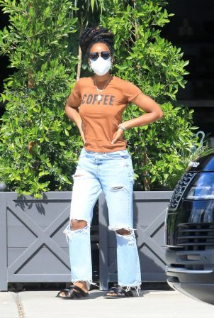 Kelly Rowland in Ripped Jeans - Shopping for house plants in LA