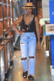 Kelly Rowland in Ripped Jeans - Shopping in Beverly Hills