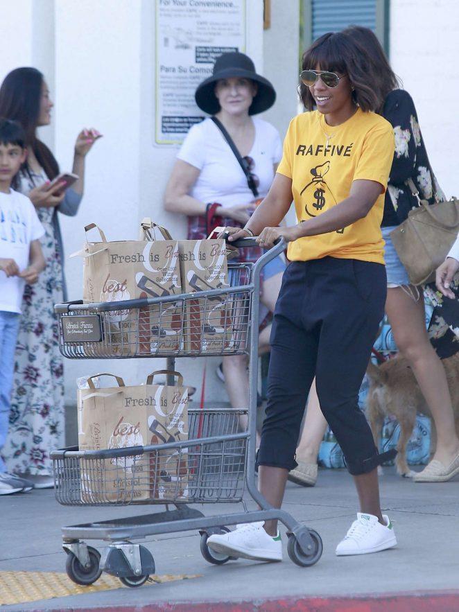 Kelly Rowland Shopping at Bristol Farms -03