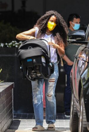 Kelly Rowland - Shops for new bling with her baby boy in Beverly Hills