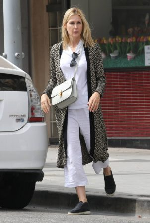 Kelly Rutherford - Picking up food at Italian restaurant La Scala in Beverly Hills