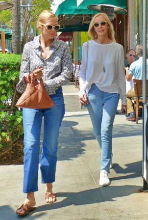 Kelly Rutherford - Seen lunching with mother in Los Angeles