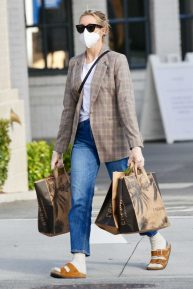 Kelly Rutherford - Seen while picking up groceries at Erewhon Market in Los Angeles