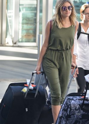 Kelsea Ballerini - Arriving at airport in Sydney