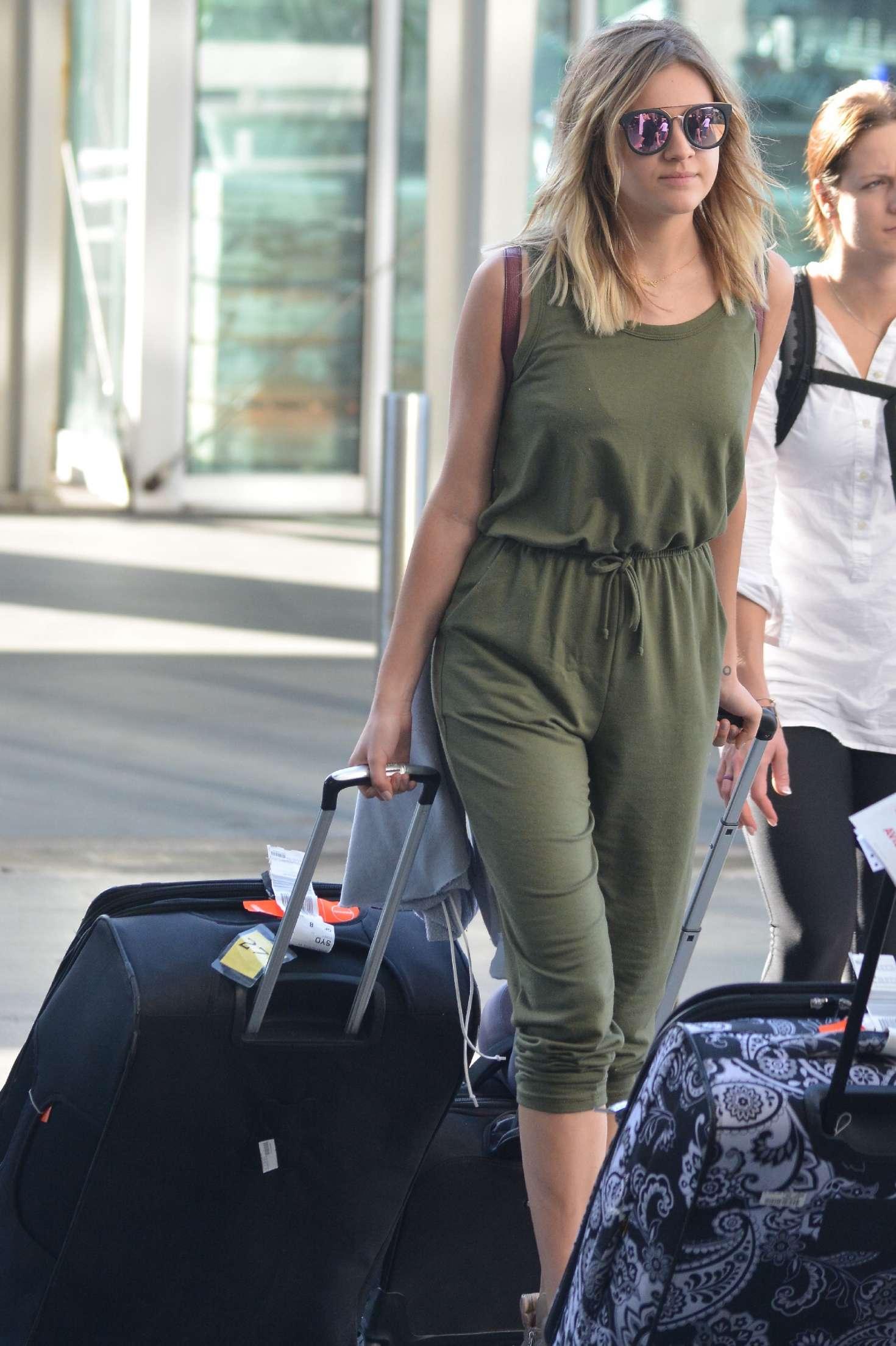 Kelsea Ballerini - Arriving at airport in Sydney