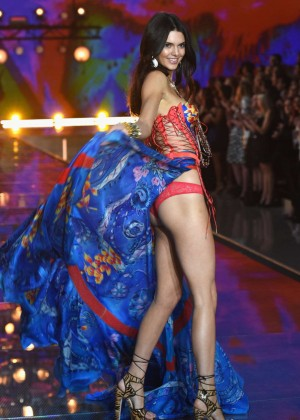 Kendall Jenner - 2015 Victoria's Secret Fashion Show Runway in NYC