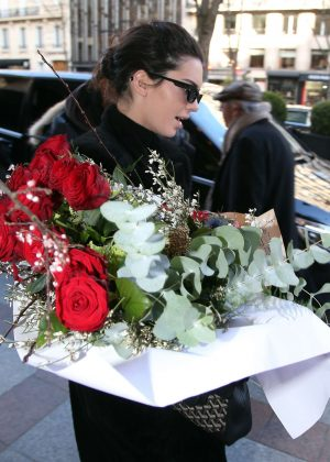 Kendall Jenner at a Bouquet of Red Roses - Arriving at her hotel in Paris