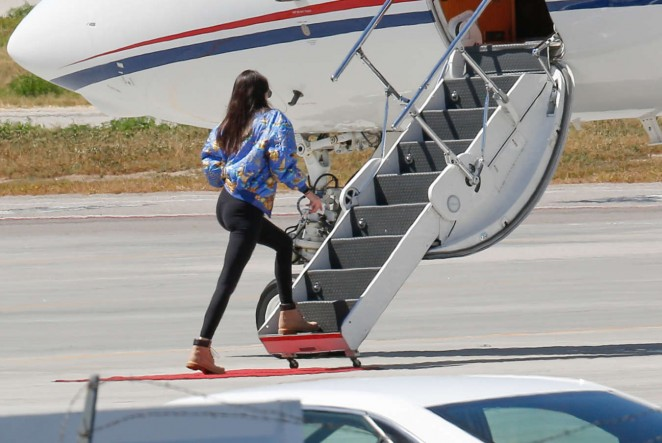 Kendall Jenner: Boarding a private plane -01