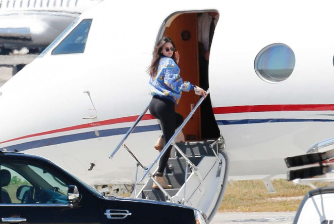 Kendall Jenner: Boarding a private plane -06
