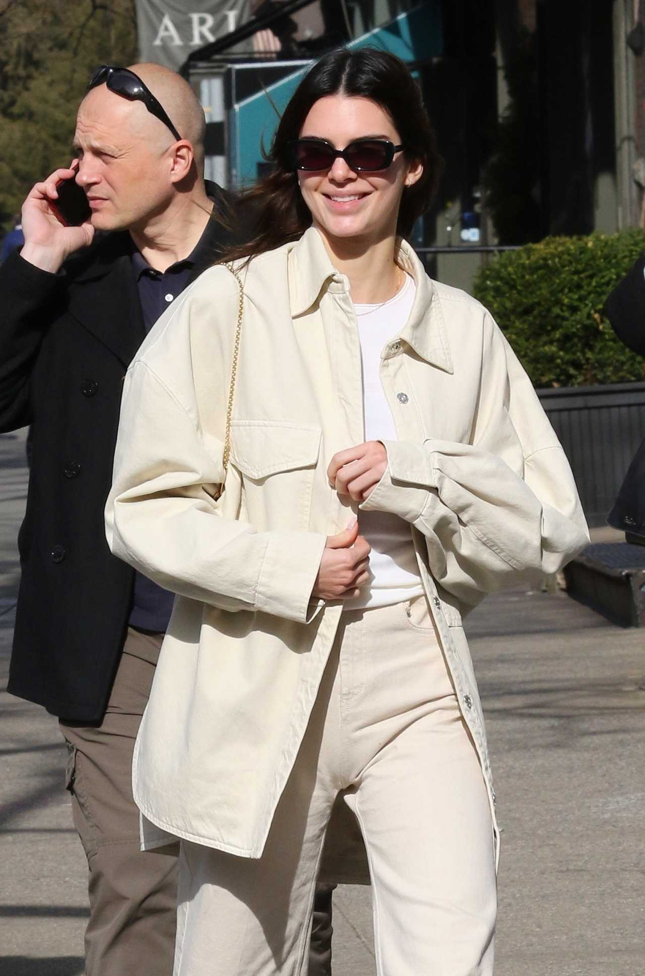 Kendall Jenner - Goes for a walk with friends after lunch in New York