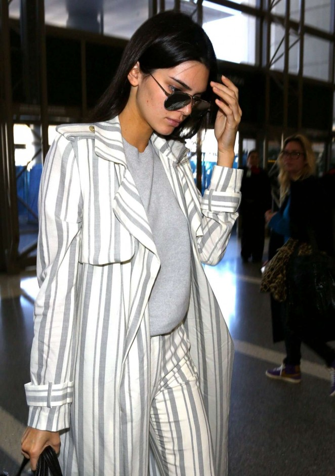 Kendall Jenner – LAX Airport in Los Angeles