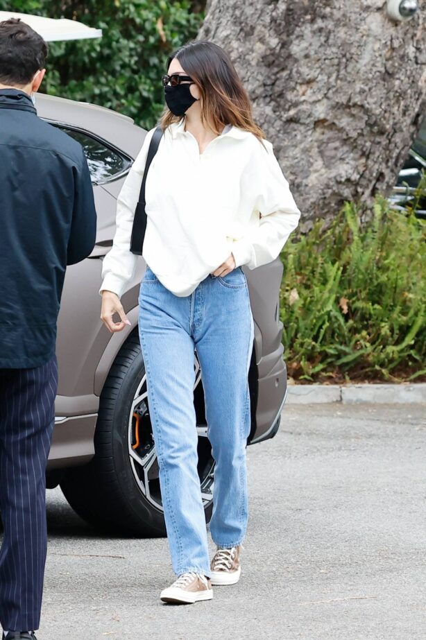 Kendall Jenner - Look casual while arriving at the Bel Air Hotel in Los Angeles