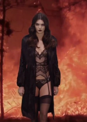 Kendall Jenner: LOVE Advent 2015 -06