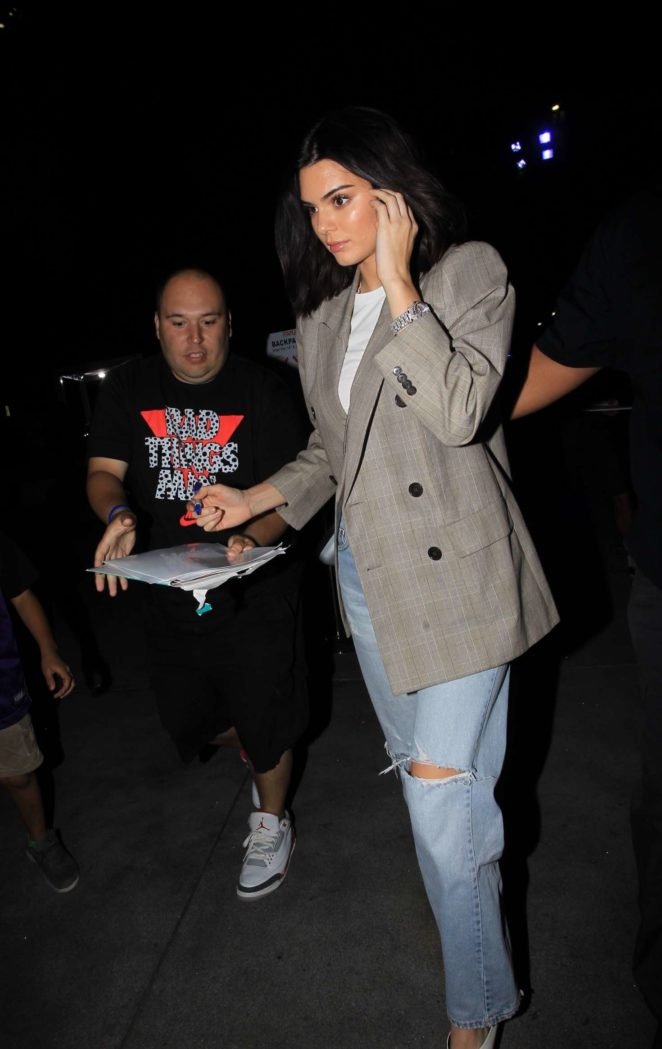 Kendall Jenner – Outside the Lakers game in LA
