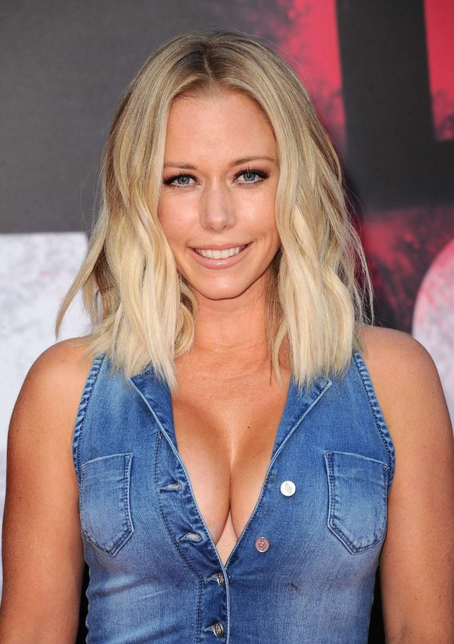 Kendra Wilkinson - 'Bad Moms' Premiere in Los Angeles