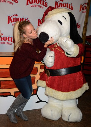 Kendra Wilkinson - Knott's Merry Farm Countdown to Christmas & Tree Lighting