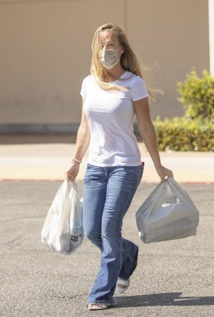 Kendra Wilkinson -Shopping candids for essentials in Calabasas