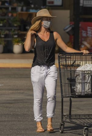 Kendra Wilkinson - Shopping candids in Los Angeles