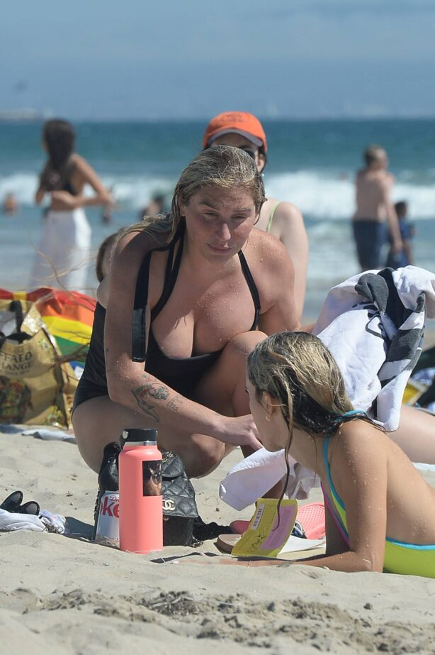 Kesha - Hits the beach with friends in Los Angeles