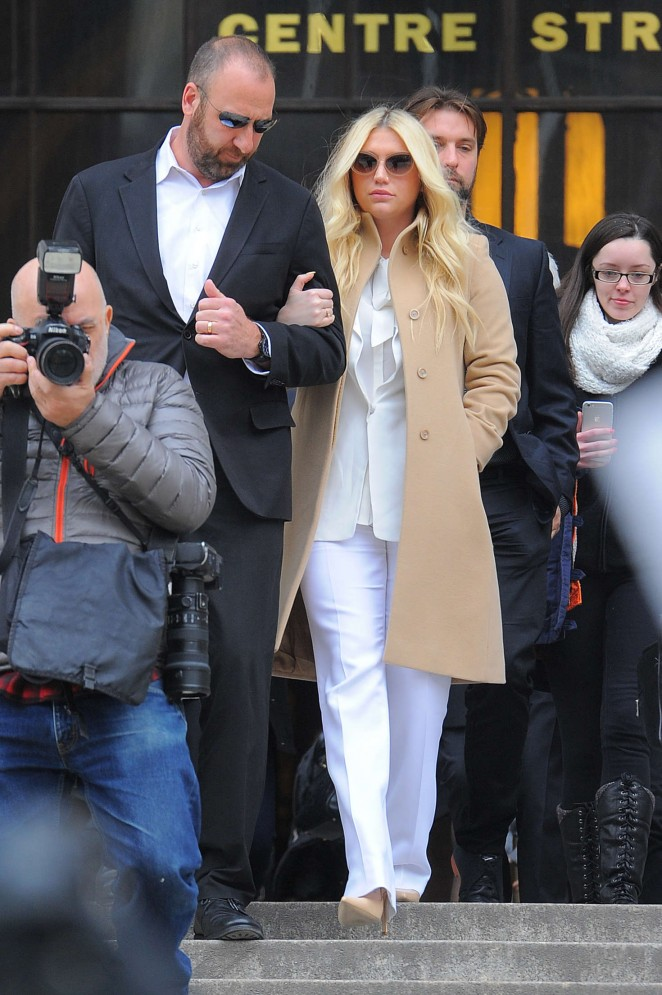 Kesha: Leaving the Court House -02