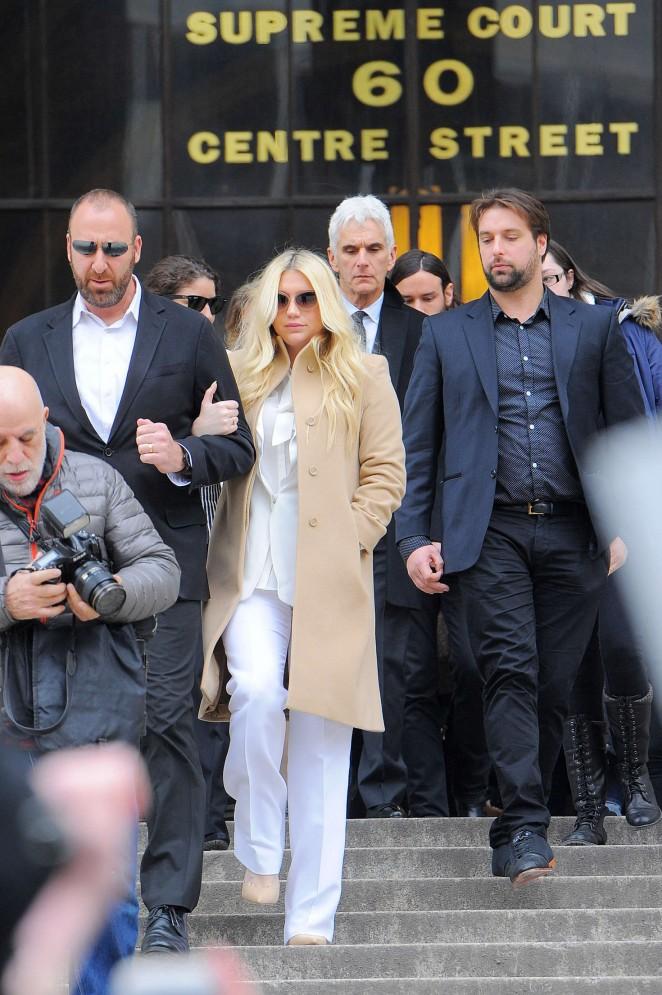 Kesha: Leaving the Court House -05
