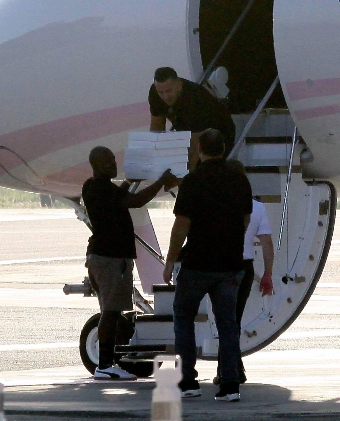 Khloe Kardashian 2020 : Khloe Kardashian and Kourtney Kardashian – Pictured boarding Kylie Jenners private jet in Van Nuys-11