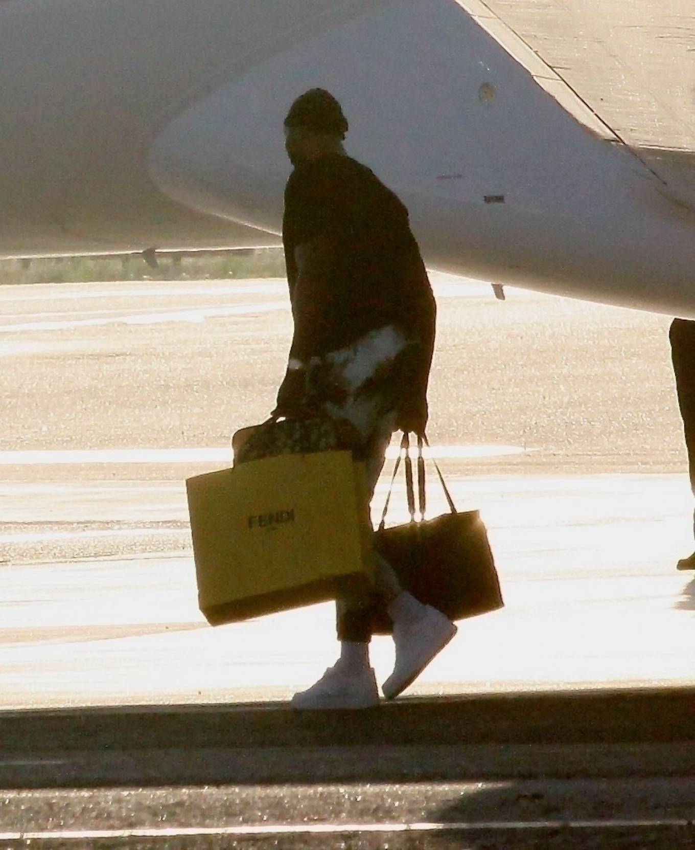 Khloe Kardashian 2020 : Khloe Kardashian and Kourtney Kardashian – Pictured boarding Kylie Jenners private jet in Van Nuys-12