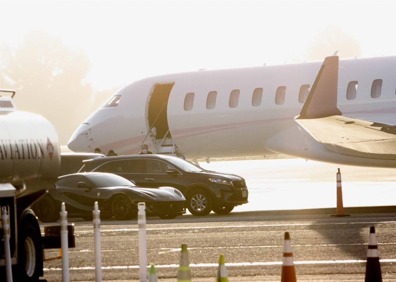 Khloe Kardashian 2020 : Khloe Kardashian and Kourtney Kardashian – Pictured boarding Kylie Jenners private jet in Van Nuys-15
