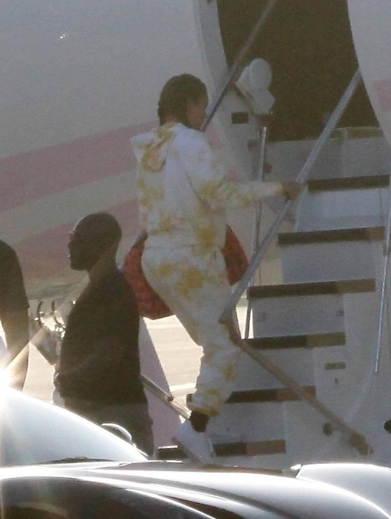 Khloe Kardashian 2020 : Khloe Kardashian and Kourtney Kardashian – Pictured boarding Kylie Jenners private jet in Van Nuys-17