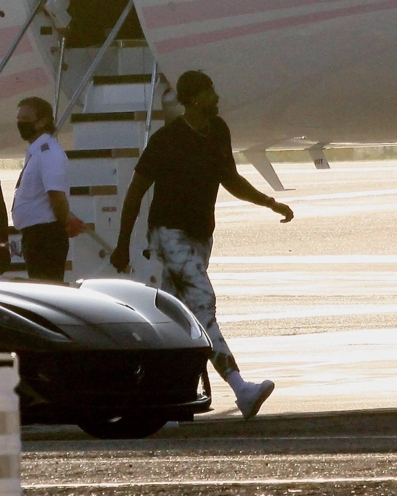 Khloe Kardashian 2020 : Khloe Kardashian and Kourtney Kardashian – Pictured boarding Kylie Jenners private jet in Van Nuys-18